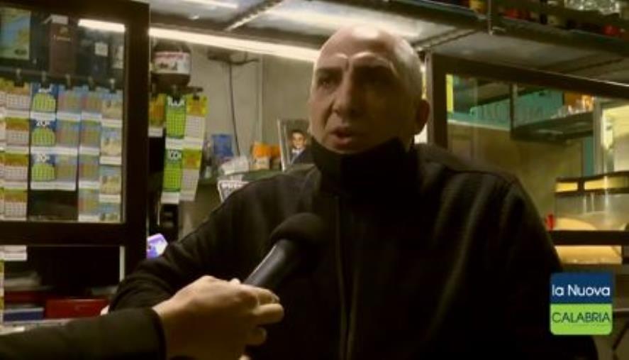 """images Il paradosso. Un esercente di Catanzaro chiude a mezzanotte e riapre dopo quindici minuti: """"Applico il Dpcm"""" (VIDEO)"""