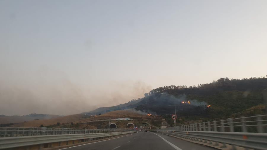 Brucia la collina sulla Nuova statale 106: fiamme altissime e fumo nero