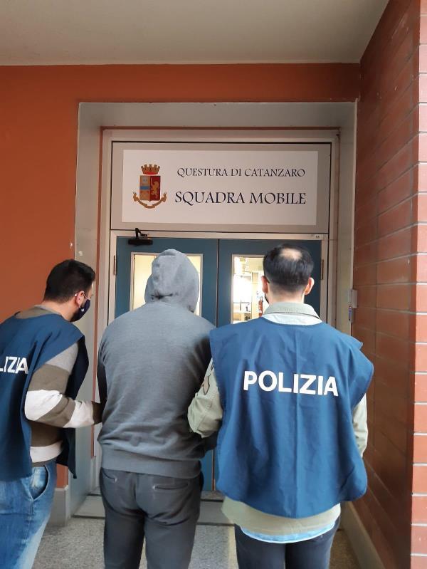 Spaccio di marijuana a Catanzaro: tre denunce della Polizia