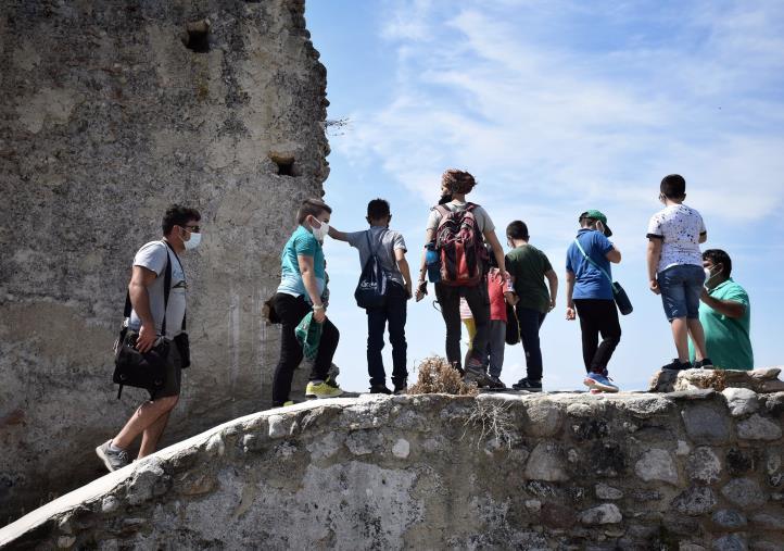 """Simeri Crichi. MoMe Festival, la """"Memoria del corpo"""": Grande partecipazione al trekkingarcheologico"""